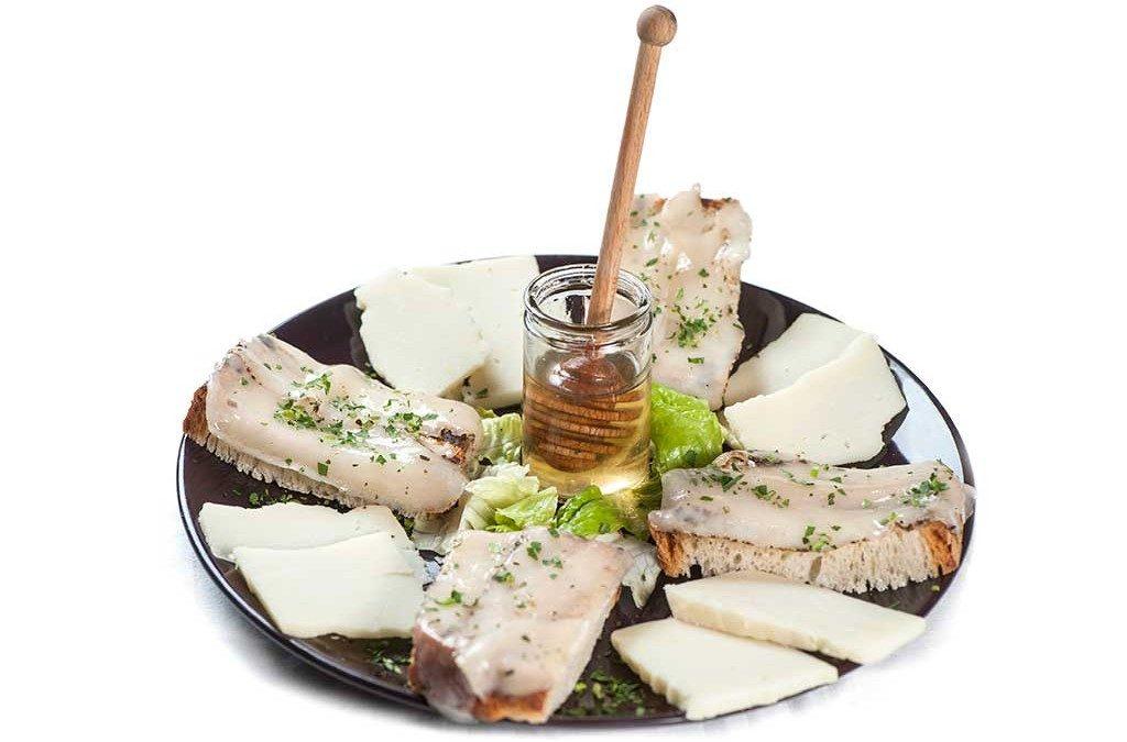 Antipasto di formaggi e crostini al lardo di Colonnata
