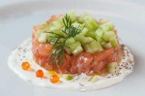 tartare di salmone, antipasto, cetriolo, panna acida, ristoranti di roma, mangiare a roma, ristorante di roma, ristoranti a roma, ristorante di roma, ristorante di pesce, crudo di mare