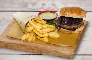 Hamburger con cipolle caramellate, ristoranti di roma, mangiare a roma, ristorante a roma, ristoranti a roma, hamburger, patatine